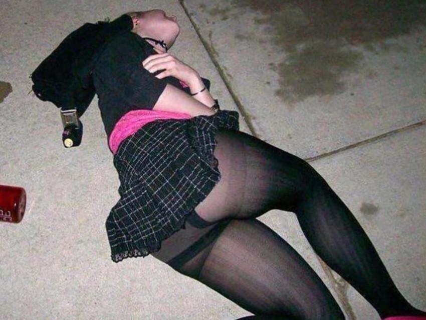 【泥酔パンチラエロ画像】泥酔してパンチラ、パンモロして後悔必至な素人女子たちの泥酔パンチラのエロ画像集!ww【80枚】