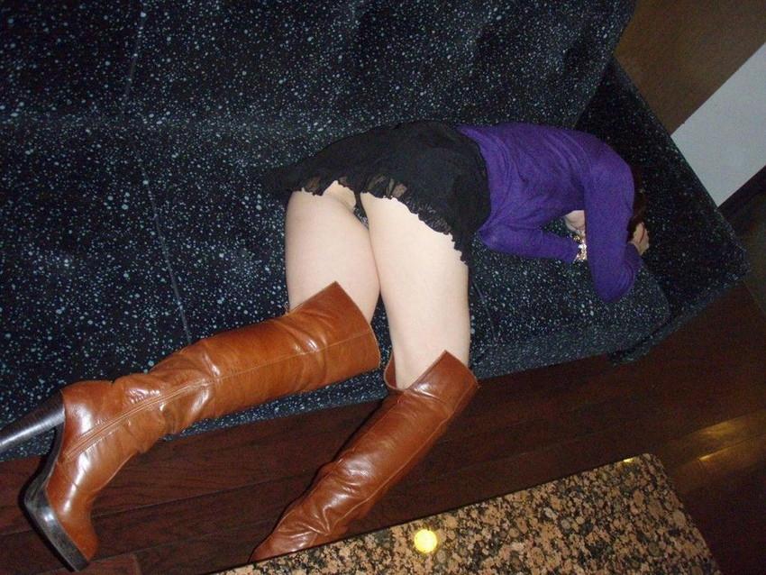 【泥酔パンチラエロ画像】泥酔してパンチラ、パンモロして後悔必至な素人女子たちの泥酔パンチラのエロ画像集!ww【80枚】 17