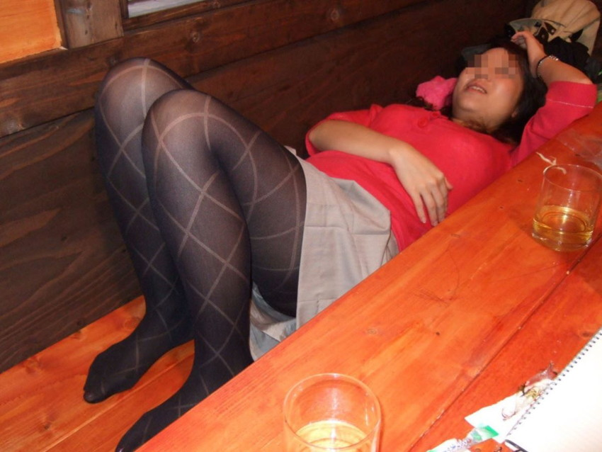 【泥酔パンチラエロ画像】泥酔してパンチラ、パンモロして後悔必至な素人女子たちの泥酔パンチラのエロ画像集!ww【80枚】 18