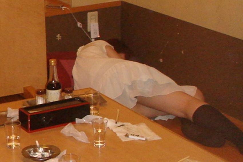 【泥酔パンチラエロ画像】泥酔してパンチラ、パンモロして後悔必至な素人女子たちの泥酔パンチラのエロ画像集!ww【80枚】 39