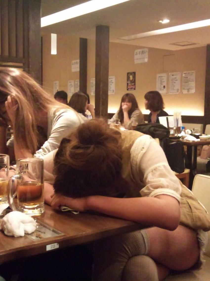 【泥酔パンチラエロ画像】泥酔してパンチラ、パンモロして後悔必至な素人女子たちの泥酔パンチラのエロ画像集!ww【80枚】 63
