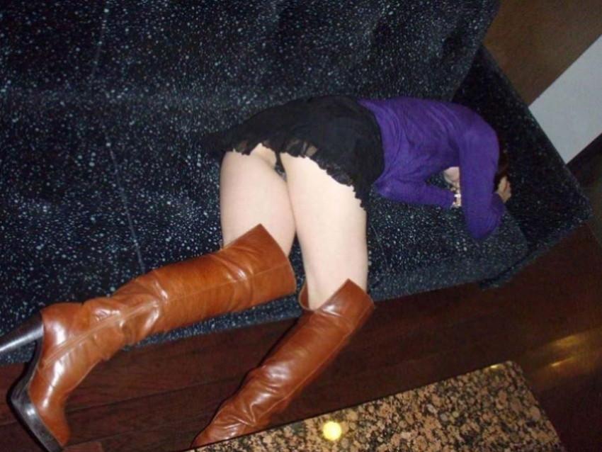 【泥酔パンチラエロ画像】泥酔してパンチラ、パンモロして後悔必至な素人女子たちの泥酔パンチラのエロ画像集!ww【80枚】 72