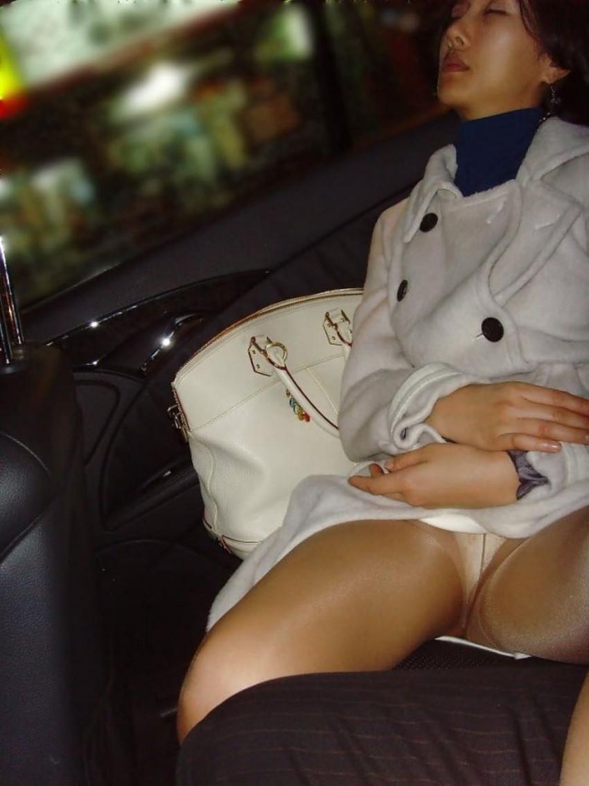 【泥酔パンチラエロ画像】泥酔してパンチラ、パンモロして後悔必至な素人女子たちの泥酔パンチラのエロ画像集!ww【80枚】 74