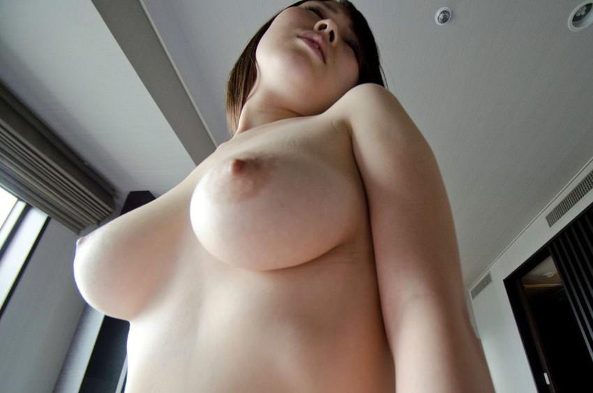 【ローアングルおっぱいエロ画像】下乳と勃起した乳首が卑猥に見えるローアングルおっぱいのエロ画像集!ww【80枚】 07