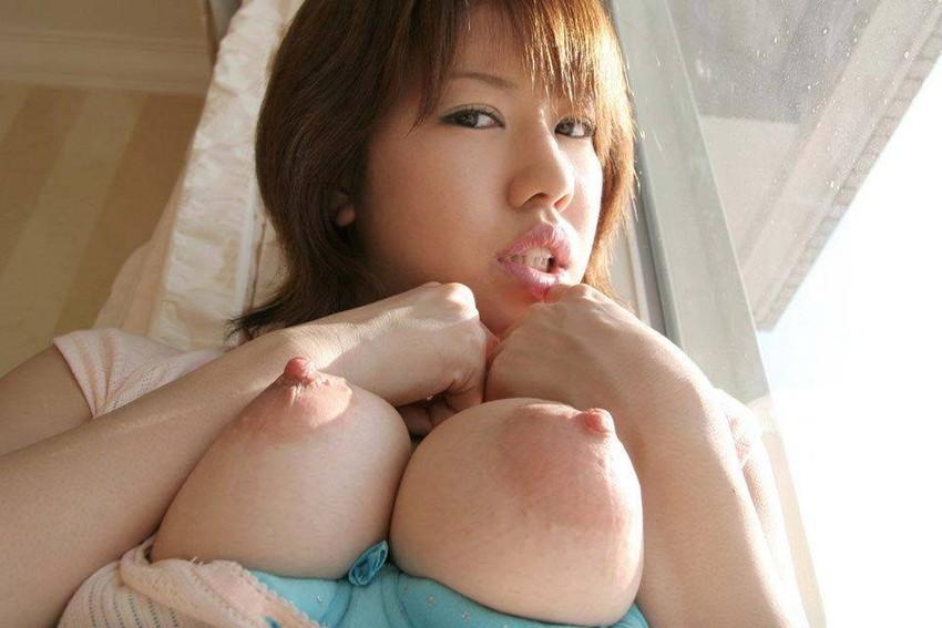 【ローアングルおっぱいエロ画像】下乳と勃起した乳首が卑猥に見えるローアングルおっぱいのエロ画像集!ww【80枚】 09