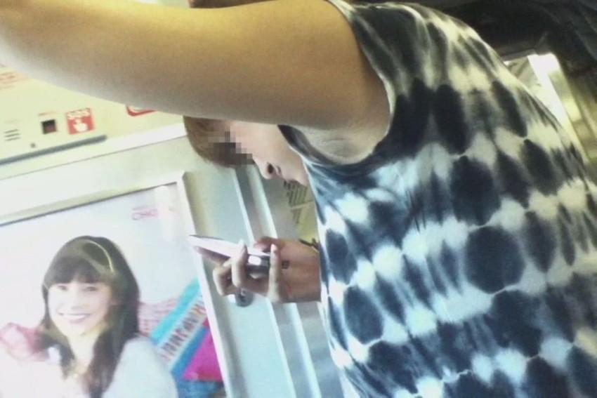 【腋汗エロ画像】通勤通学中の素人OLやJK達が吊り革につかまり腋汗たっぷりのエッロい腋の下を露出させてる腋汗エロ画像集!ww【80枚】 02
