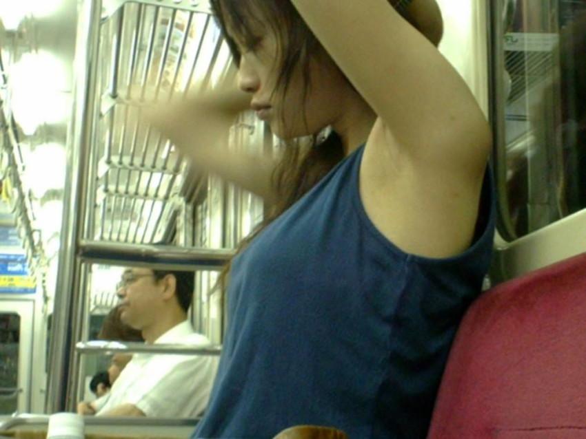 【腋汗エロ画像】通勤通学中の素人OLやJK達が吊り革につかまり腋汗たっぷりのエッロい腋の下を露出させてる腋汗エロ画像集!ww【80枚】 13