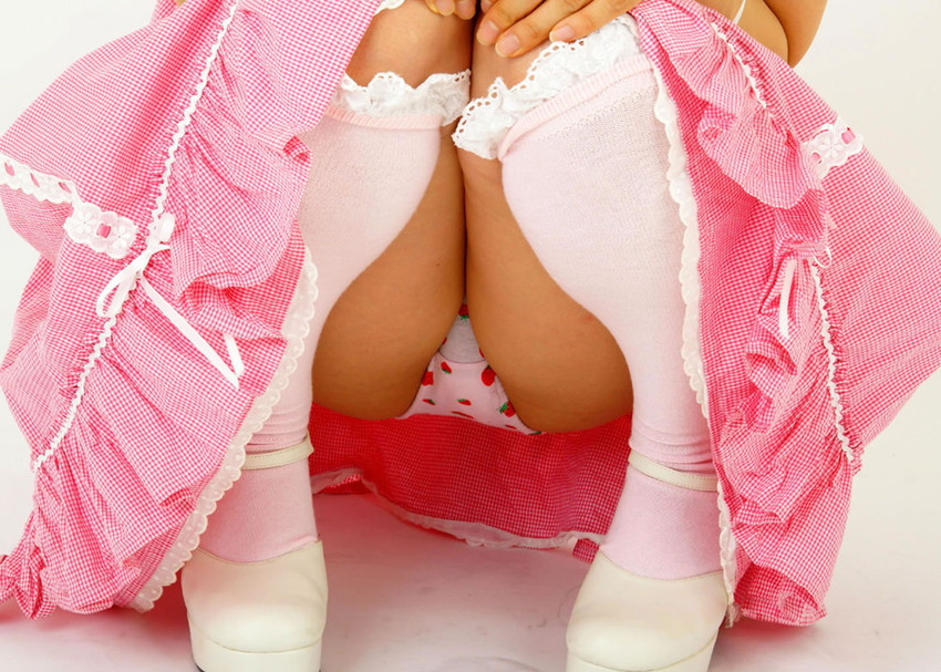 【イチゴ柄パンティーエロ画像】ロリ美少女が王道のイチゴ柄パンティーを履いてプリケツを見せてくれてるイチゴ柄パンティーのエロ画像集!ww【80枚】 10