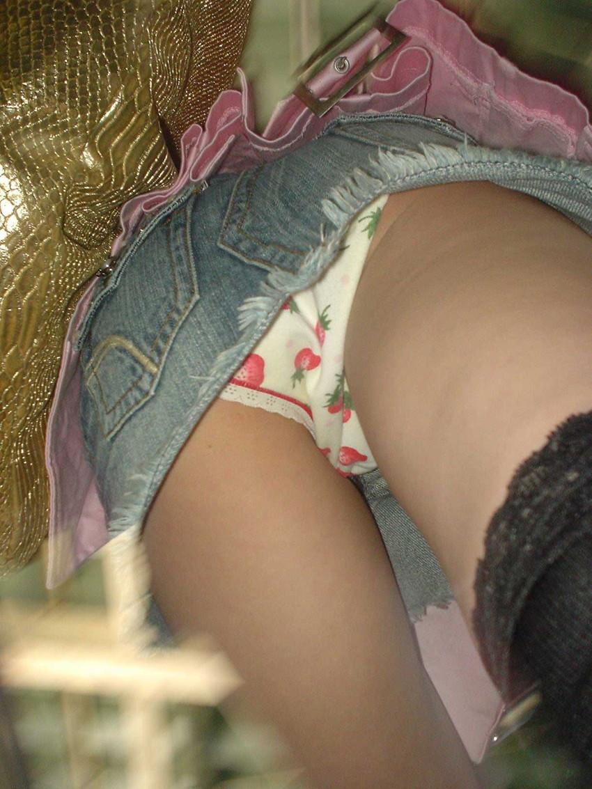 【イチゴ柄パンティーエロ画像】ロリ美少女が王道のイチゴ柄パンティーを履いてプリケツを見せてくれてるイチゴ柄パンティーのエロ画像集!ww【80枚】 25
