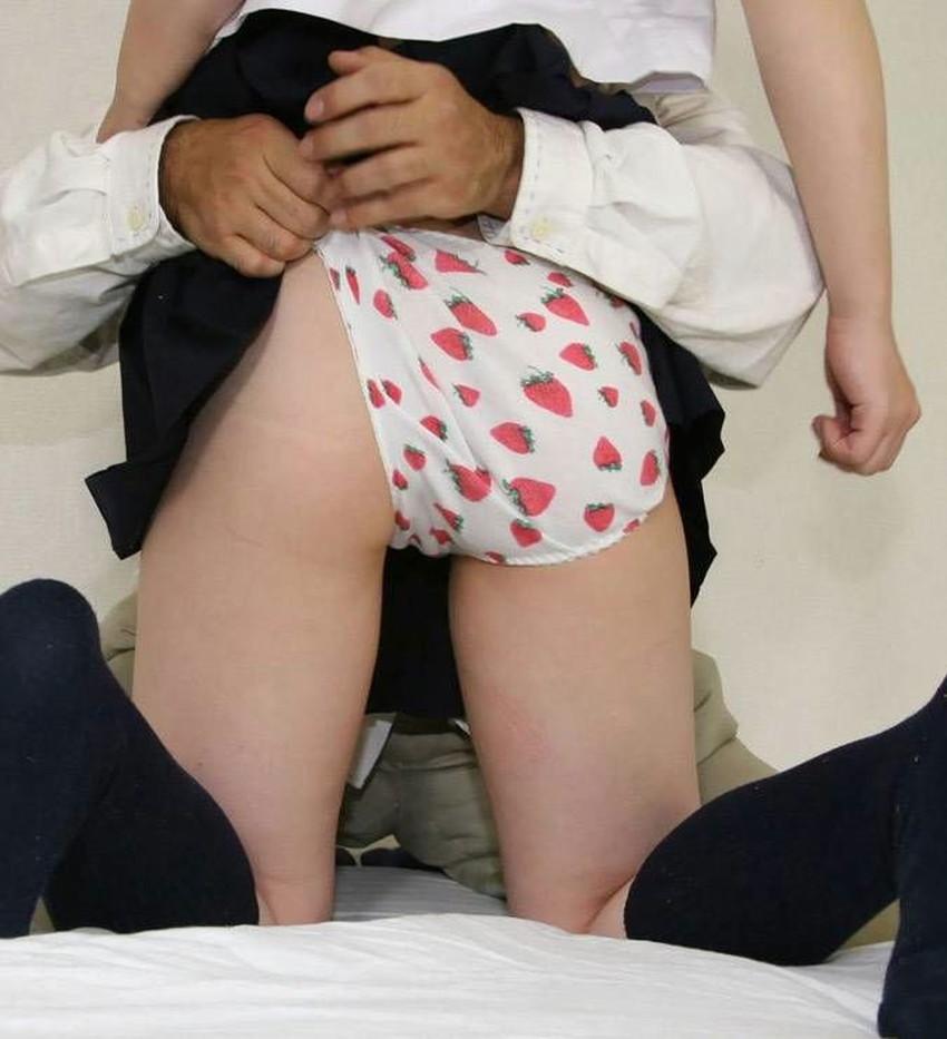 【イチゴ柄パンティーエロ画像】ロリ美少女が王道のイチゴ柄パンティーを履いてプリケツを見せてくれてるイチゴ柄パンティーのエロ画像集!ww【80枚】 71