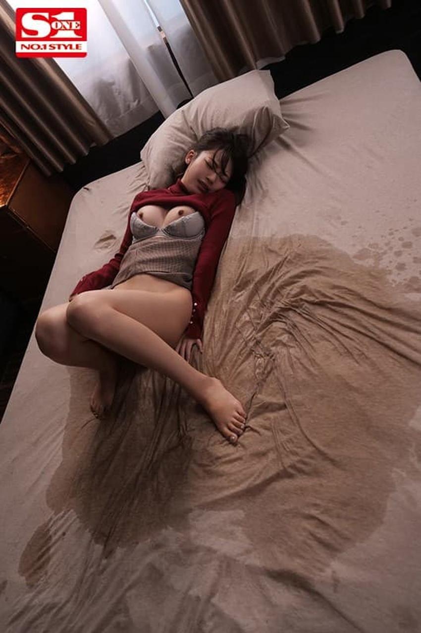 【お漏らし女子エロ画像】気持ちよすぎて人前でおしっこしちゃうビッチなお漏らし女子のエロ画像集!ww【80枚】 34