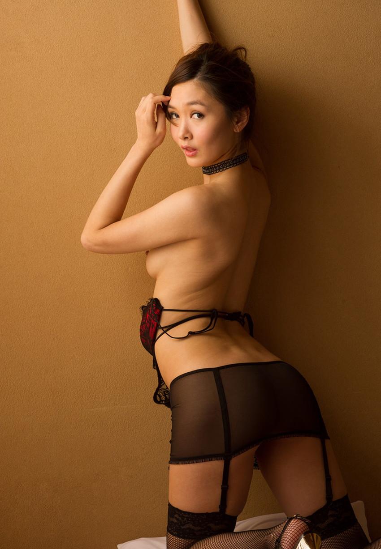 【背中フェチエロ画像】流線型がエロ過ぎる美女の美背中!!ww下から上に舐め上げたくなる美しい背中のエロ画像集!ww【80枚】 39