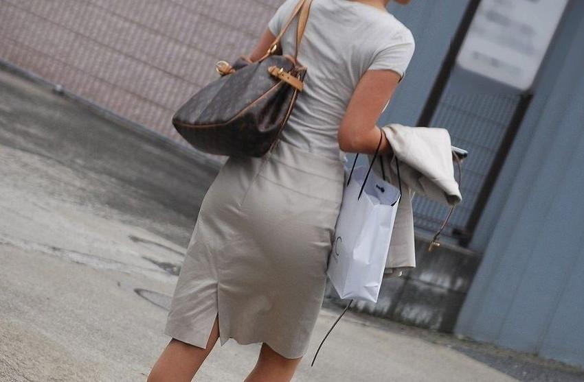 【パンツの線エロ画像】パンティーラインがくっきり見えるズボンやスカートを履いた素人女子を尾行盗撮してるパンツの線のエロ画像集!w【80枚】 15
