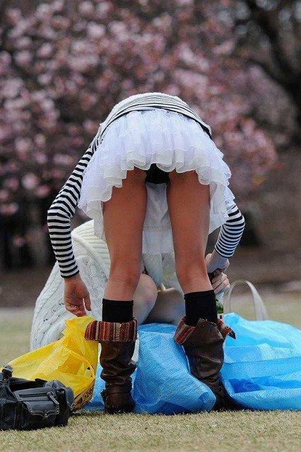【お花見エロ画像】お花見中でほろ酔い状態の素人JDやOLたちのパンチラ盗撮しちゃった花より男子よりパンチラのお花見エロ画像集!ww【80枚】 70