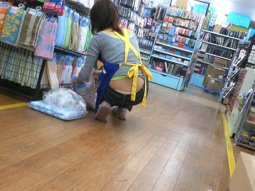 【ジーパンパンチラエロ画像】買い物中の主婦がキツ目のデニムでパン線や背中パンチラが見えてるジーパンパンチラのエロ画像集!ww【80枚】 04
