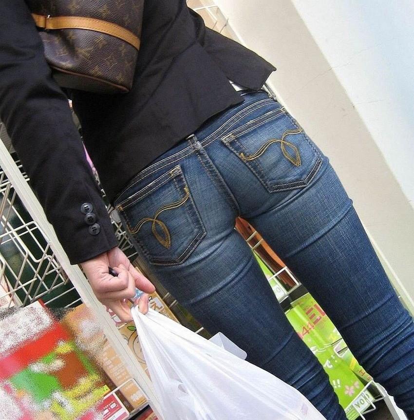 【ジーパンパンチラエロ画像】買い物中の主婦がキツ目のデニムでパン線や背中パンチラが見えてるジーパンパンチラのエロ画像集!ww【80枚】 17