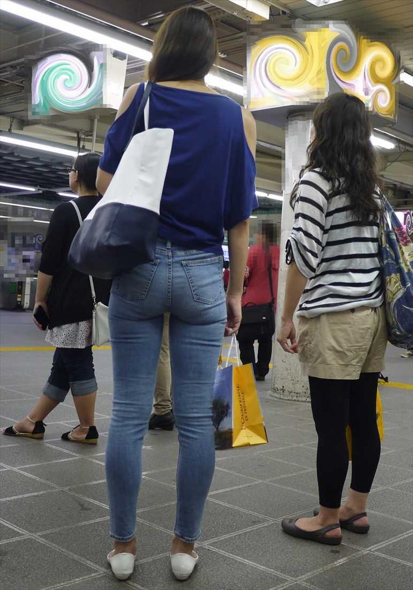 【ジーパンパンチラエロ画像】買い物中の主婦がキツ目のデニムでパン線や背中パンチラが見えてるジーパンパンチラのエロ画像集!ww【80枚】 30