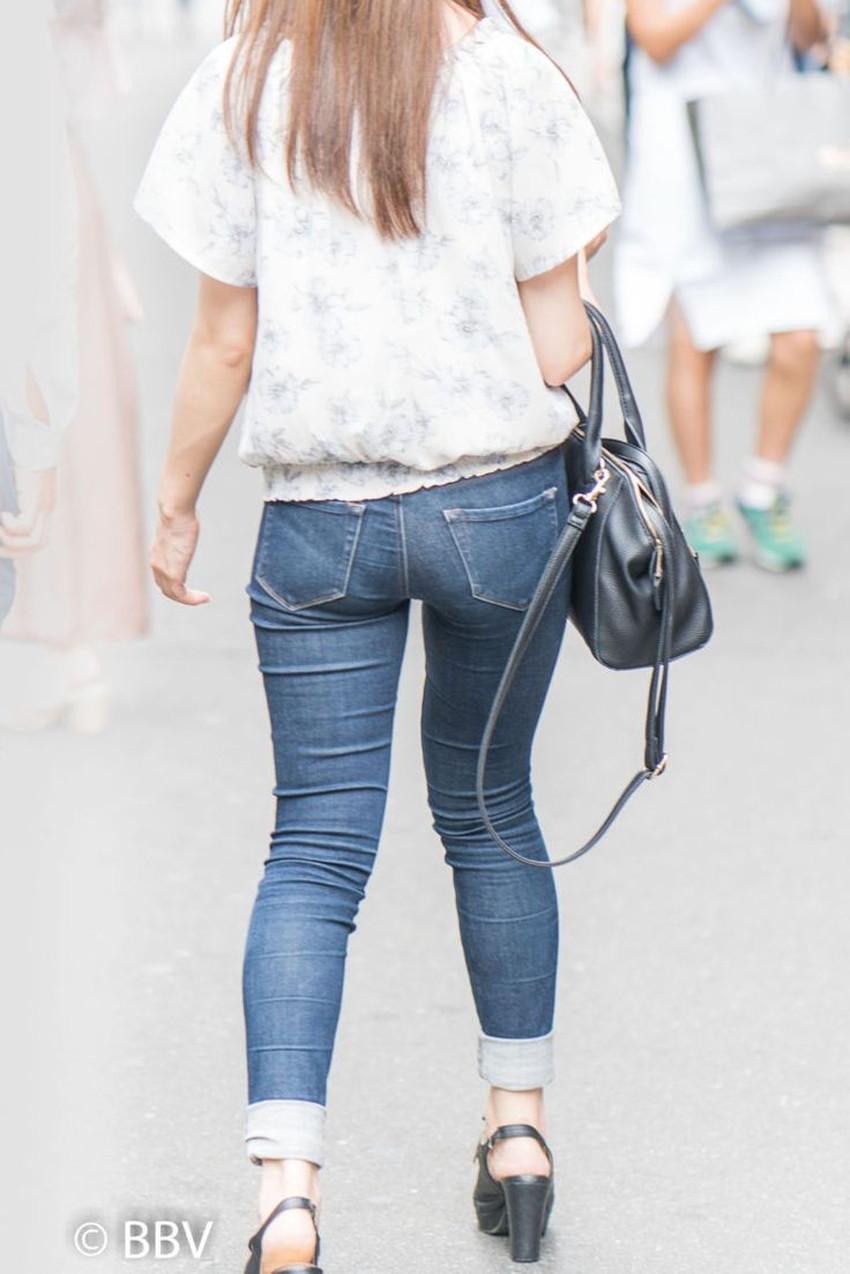 【ジーパンパンチラエロ画像】買い物中の主婦がキツ目のデニムでパン線や背中パンチラが見えてるジーパンパンチラのエロ画像集!ww【80枚】 56