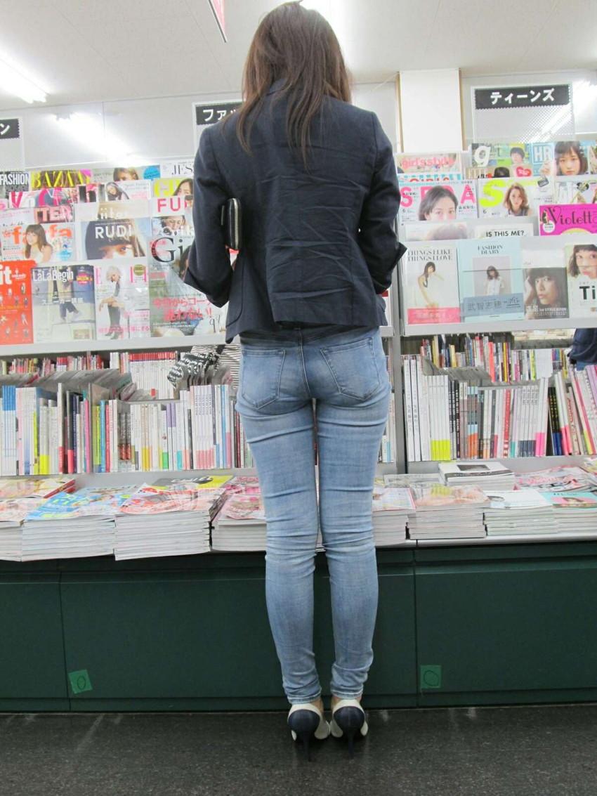 【ジーパンパンチラエロ画像】買い物中の主婦がキツ目のデニムでパン線や背中パンチラが見えてるジーパンパンチラのエロ画像集!ww【80枚】 76
