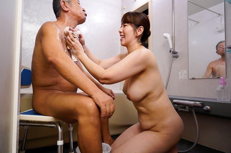 【介護士エロ画像】四つん這いで透けパンや胸チラしてるむっちりボディの介護士に興奮してジジィが寝取っちゃった介護士のエロ画像集!ww【80枚】 57