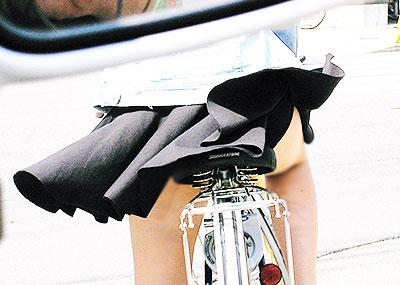 【チャリパンチラエロ画像】ヒラヒラスカートの自転車女子は要注意!走行中や停車中にパンチラした瞬間を盗撮したチャリパンチラのエロ画像集!ww【80枚】