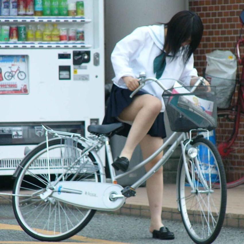【チャリパンチラエロ画像】ヒラヒラスカートの自転車女子は要注意!走行中や停車中にパンチラした瞬間を盗撮したチャリパンチラのエロ画像集!ww【80枚】 05