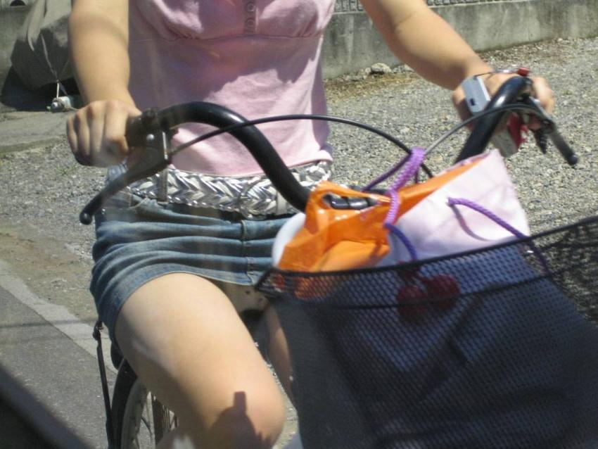 【チャリパンチラエロ画像】ヒラヒラスカートの自転車女子は要注意!走行中や停車中にパンチラした瞬間を盗撮したチャリパンチラのエロ画像集!ww【80枚】 06