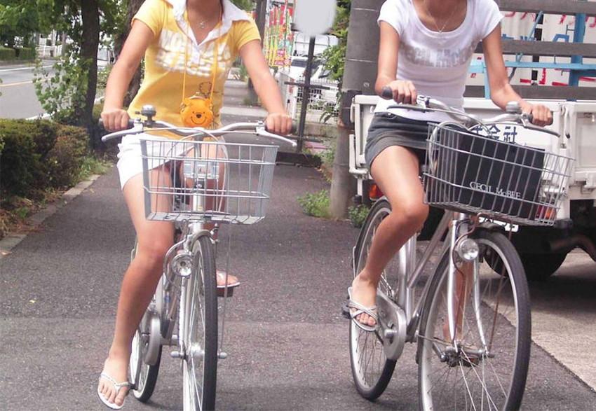 【チャリパンチラエロ画像】ヒラヒラスカートの自転車女子は要注意!走行中や停車中にパンチラした瞬間を盗撮したチャリパンチラのエロ画像集!ww【80枚】 07