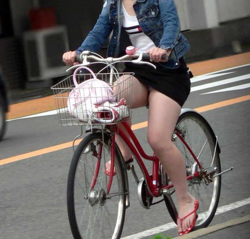 【チャリパンチラエロ画像】ヒラヒラスカートの自転車女子は要注意!走行中や停車中にパンチラした瞬間を盗撮したチャリパンチラのエロ画像集!ww【80枚】 08