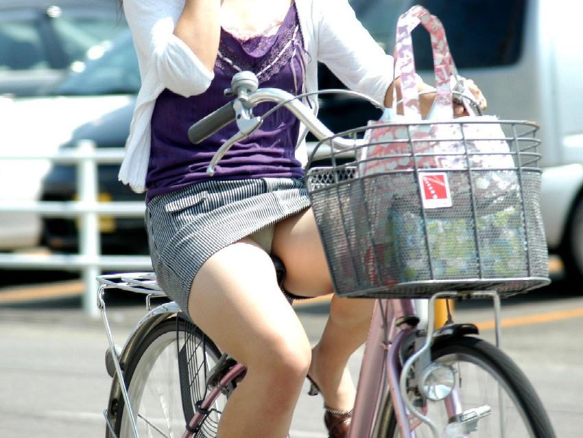 【チャリパンチラエロ画像】ヒラヒラスカートの自転車女子は要注意!走行中や停車中にパンチラした瞬間を盗撮したチャリパンチラのエロ画像集!ww【80枚】 12