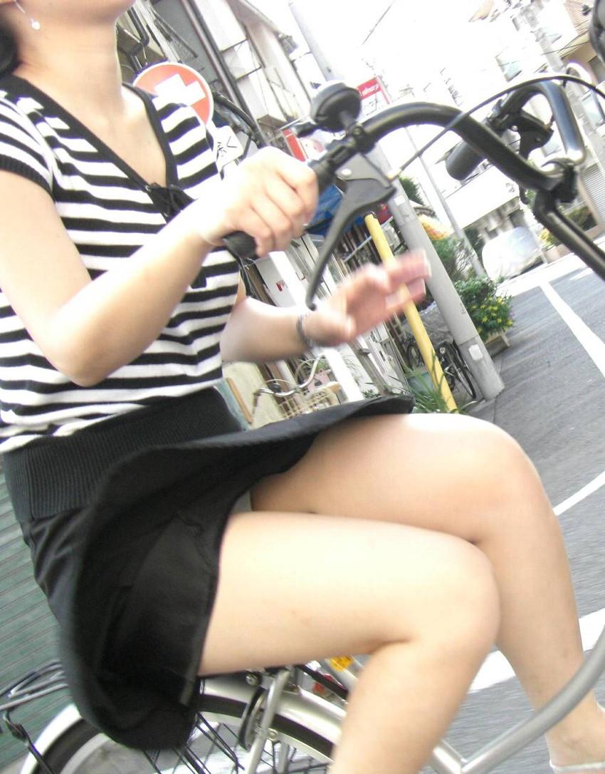 【チャリパンチラエロ画像】ヒラヒラスカートの自転車女子は要注意!走行中や停車中にパンチラした瞬間を盗撮したチャリパンチラのエロ画像集!ww【80枚】 16