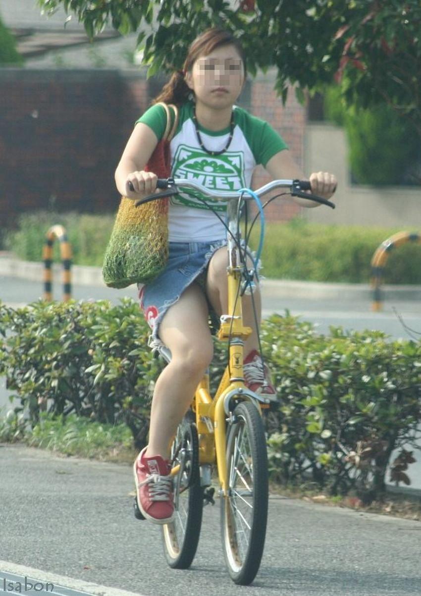 【チャリパンチラエロ画像】ヒラヒラスカートの自転車女子は要注意!走行中や停車中にパンチラした瞬間を盗撮したチャリパンチラのエロ画像集!ww【80枚】 19