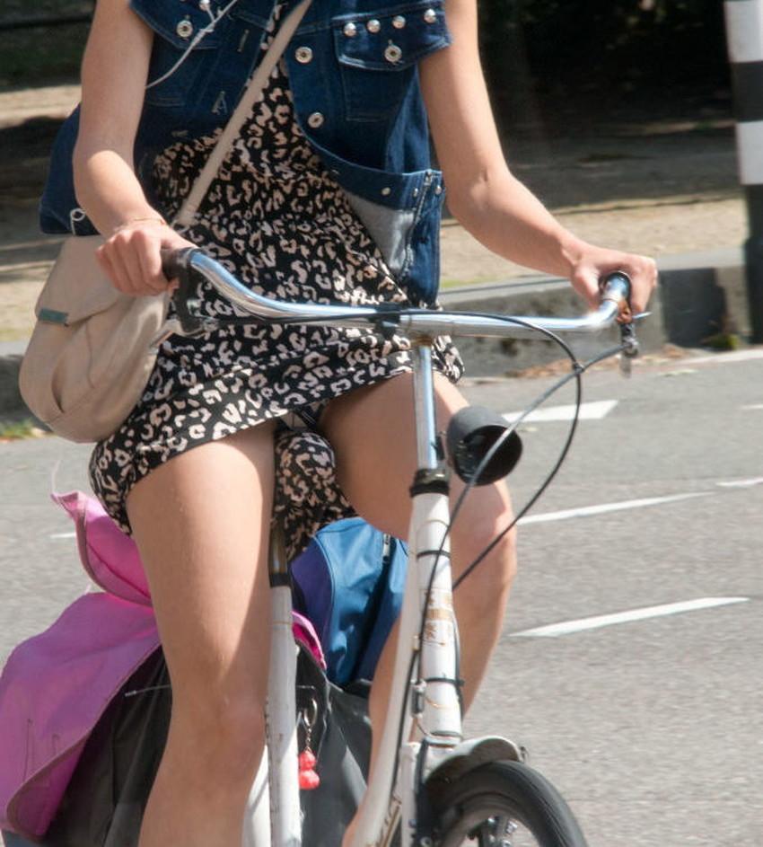 【チャリパンチラエロ画像】ヒラヒラスカートの自転車女子は要注意!走行中や停車中にパンチラした瞬間を盗撮したチャリパンチラのエロ画像集!ww【80枚】 26