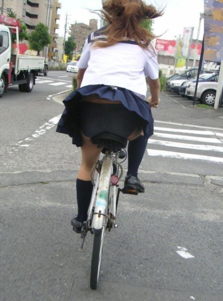 【チャリパンチラエロ画像】ヒラヒラスカートの自転車女子は要注意!走行中や停車中にパンチラした瞬間を盗撮したチャリパンチラのエロ画像集!ww【80枚】 34