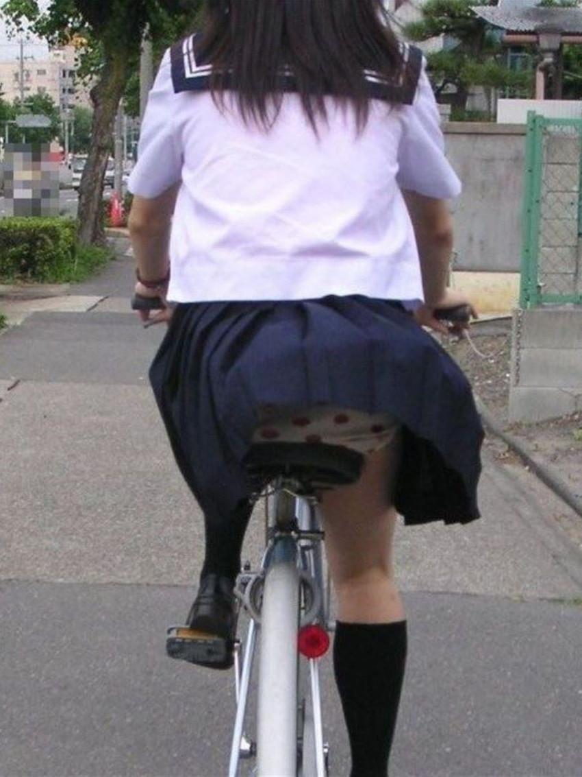 【チャリパンチラエロ画像】ヒラヒラスカートの自転車女子は要注意!走行中や停車中にパンチラした瞬間を盗撮したチャリパンチラのエロ画像集!ww【80枚】 39