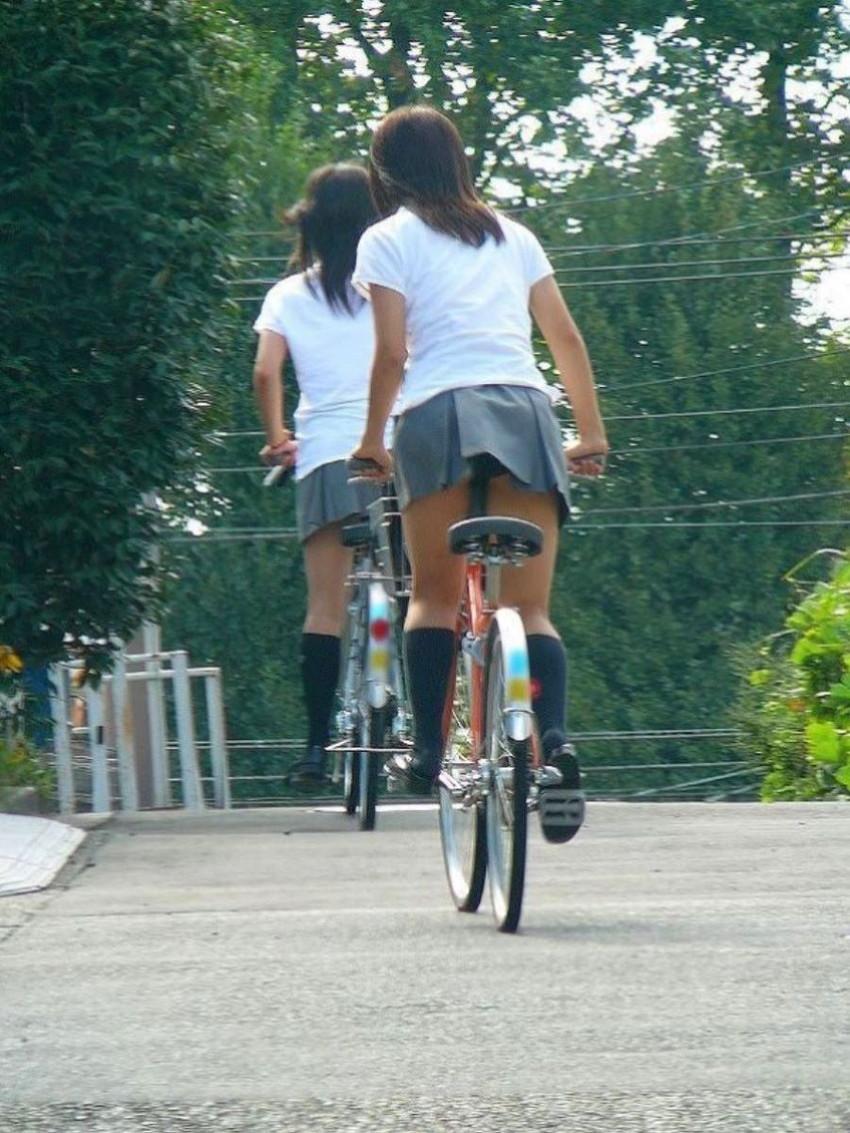 【チャリパンチラエロ画像】ヒラヒラスカートの自転車女子は要注意!走行中や停車中にパンチラした瞬間を盗撮したチャリパンチラのエロ画像集!ww【80枚】 40