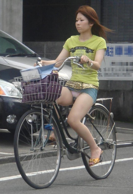 【チャリパンチラエロ画像】ヒラヒラスカートの自転車女子は要注意!走行中や停車中にパンチラした瞬間を盗撮したチャリパンチラのエロ画像集!ww【80枚】 49