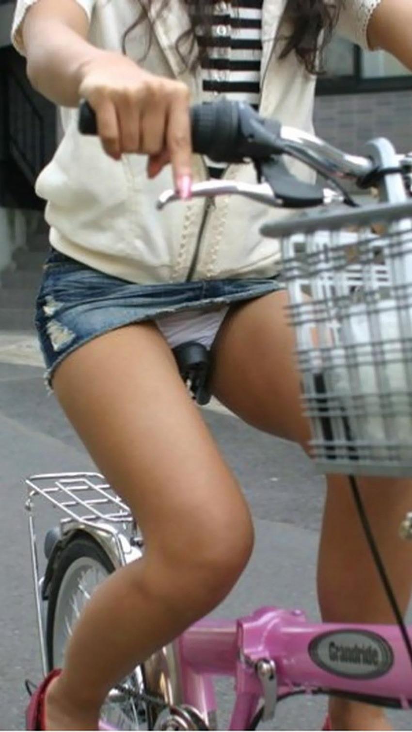 【チャリパンチラエロ画像】ヒラヒラスカートの自転車女子は要注意!走行中や停車中にパンチラした瞬間を盗撮したチャリパンチラのエロ画像集!ww【80枚】 52
