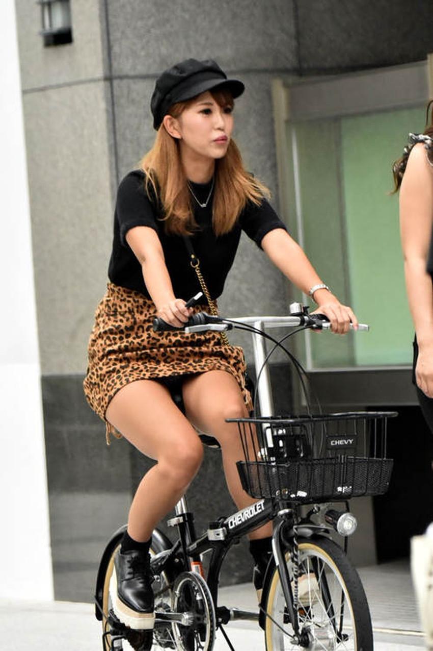 【チャリパンチラエロ画像】ヒラヒラスカートの自転車女子は要注意!走行中や停車中にパンチラした瞬間を盗撮したチャリパンチラのエロ画像集!ww【80枚】 56