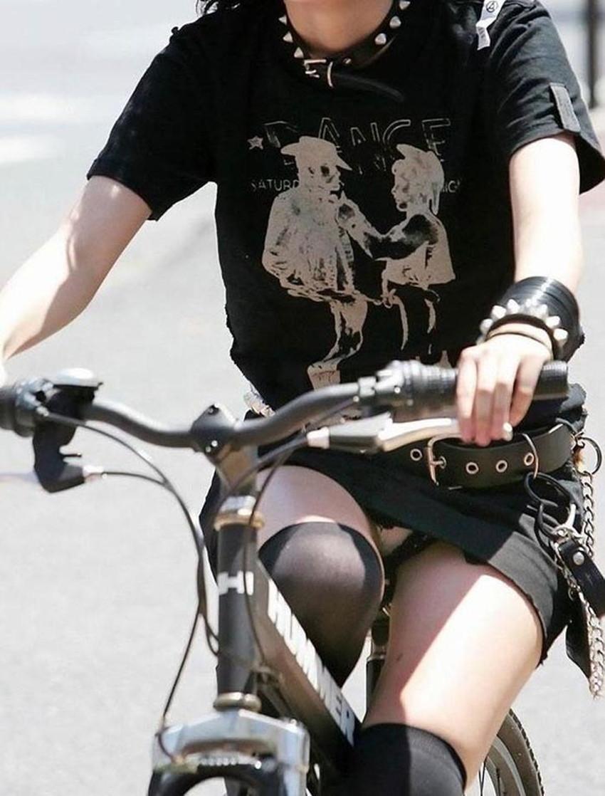 【チャリパンチラエロ画像】ヒラヒラスカートの自転車女子は要注意!走行中や停車中にパンチラした瞬間を盗撮したチャリパンチラのエロ画像集!ww【80枚】 60