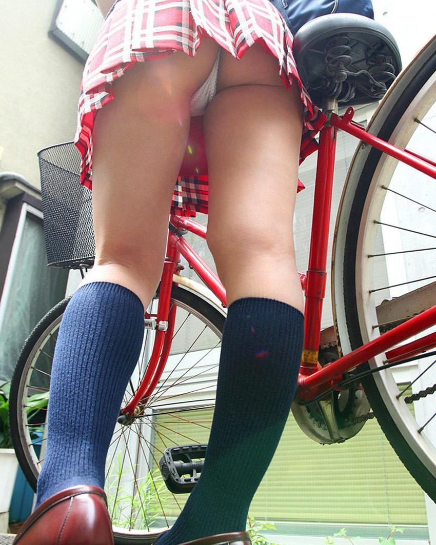 【チャリパンチラエロ画像】ヒラヒラスカートの自転車女子は要注意!走行中や停車中にパンチラした瞬間を盗撮したチャリパンチラのエロ画像集!ww【80枚】 69