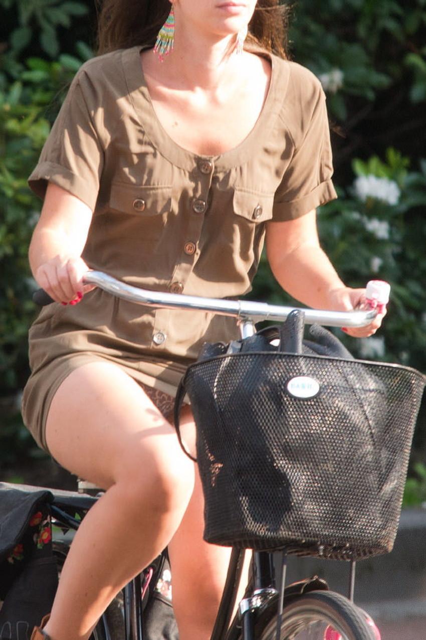 【チャリパンチラエロ画像】ヒラヒラスカートの自転車女子は要注意!走行中や停車中にパンチラした瞬間を盗撮したチャリパンチラのエロ画像集!ww【80枚】 70