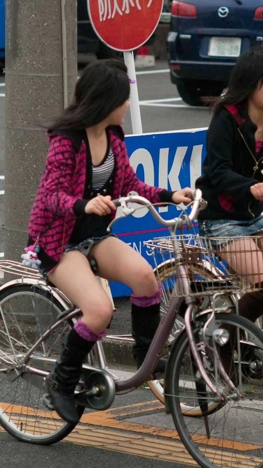【チャリパンチラエロ画像】ヒラヒラスカートの自転車女子は要注意!走行中や停車中にパンチラした瞬間を盗撮したチャリパンチラのエロ画像集!ww【80枚】 71
