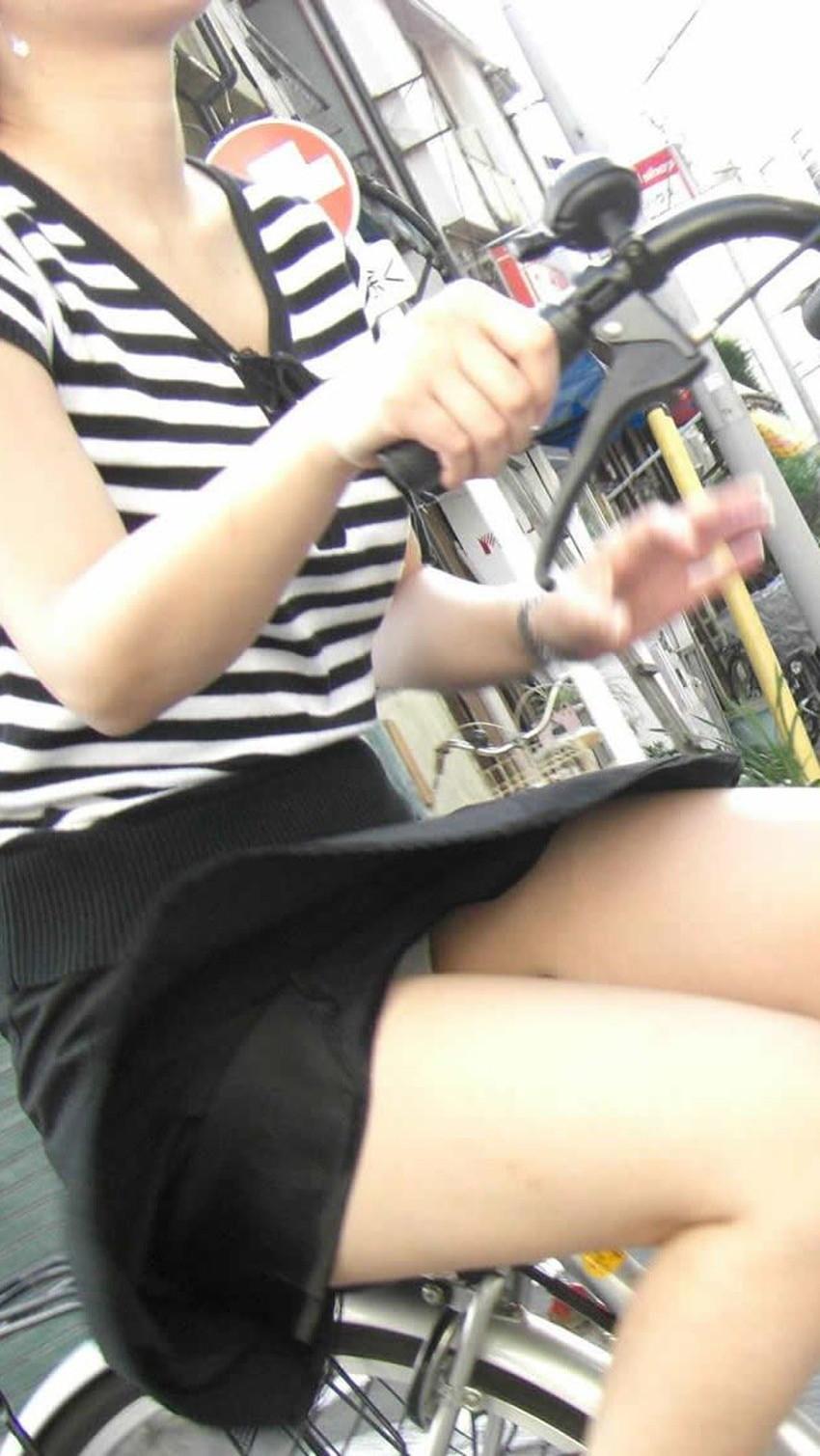 【チャリパンチラエロ画像】ヒラヒラスカートの自転車女子は要注意!走行中や停車中にパンチラした瞬間を盗撮したチャリパンチラのエロ画像集!ww【80枚】 75