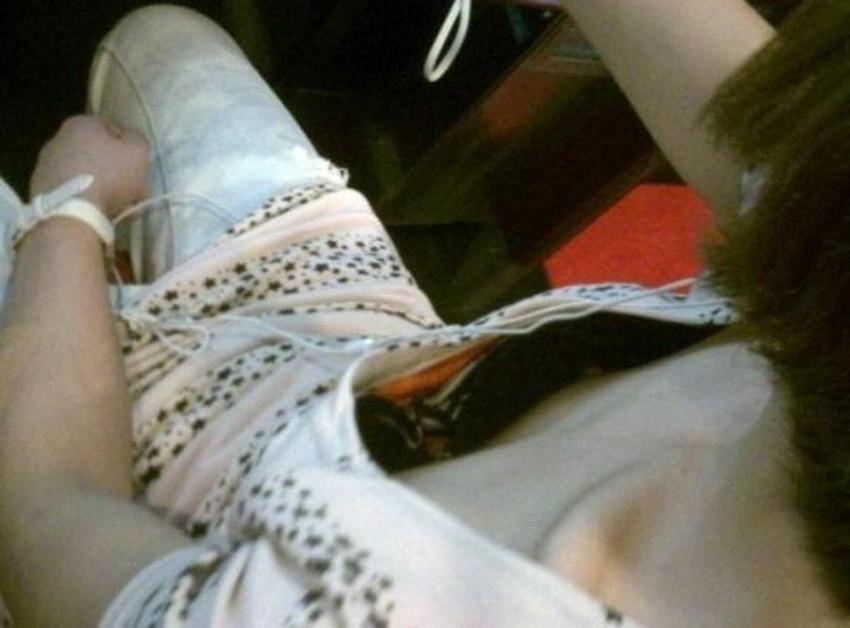 【ブラチラ盗撮エロ画像】素人女子の生々しいブラジャーがチラ見えした瞬間を隠し撮り!前屈み女性やノースリーブOLからブラが見えてるブラチラ盗撮のエロ画像集!ww【80枚】 73