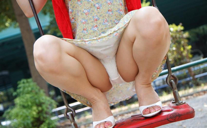 【しゃがみパンチラエロ画像】素人女性のしゃがんで見えるパンチラとふっくらモリマンが堪らないしゃがみパンチラのエロ画像集!ww【80枚】 12