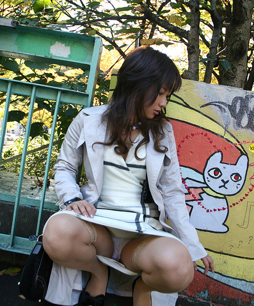 【しゃがみパンチラエロ画像】素人女性のしゃがんで見えるパンチラとふっくらモリマンが堪らないしゃがみパンチラのエロ画像集!ww【80枚】 28