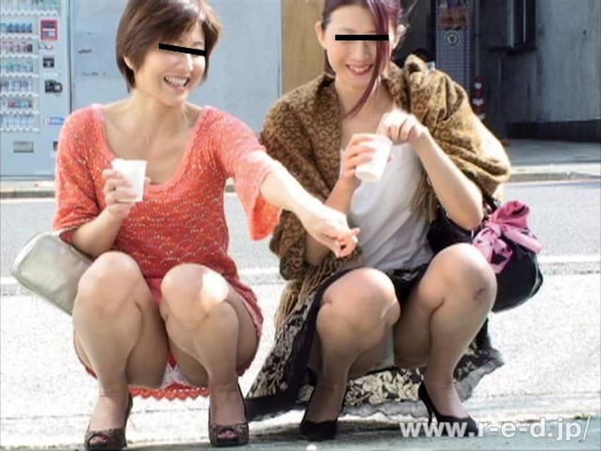 【しゃがみパンチラエロ画像】素人女性のしゃがんで見えるパンチラとふっくらモリマンが堪らないしゃがみパンチラのエロ画像集!ww【80枚】 70