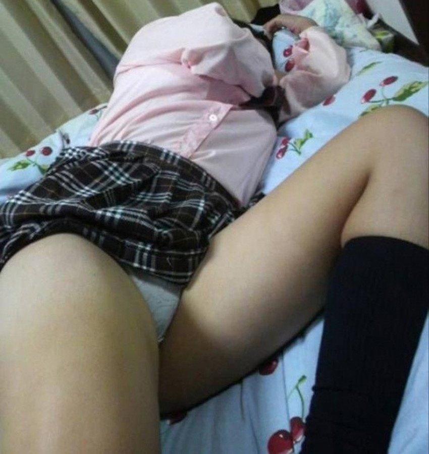 【夜這い盗撮エロ画像】身内や知り合い女子の寝室に夜這いしてパジャマをめくって隠し撮り!ww寝てる隙に乳首や陰毛を撮影した夜這い盗撮のエロ画像集!ww【80枚】 34