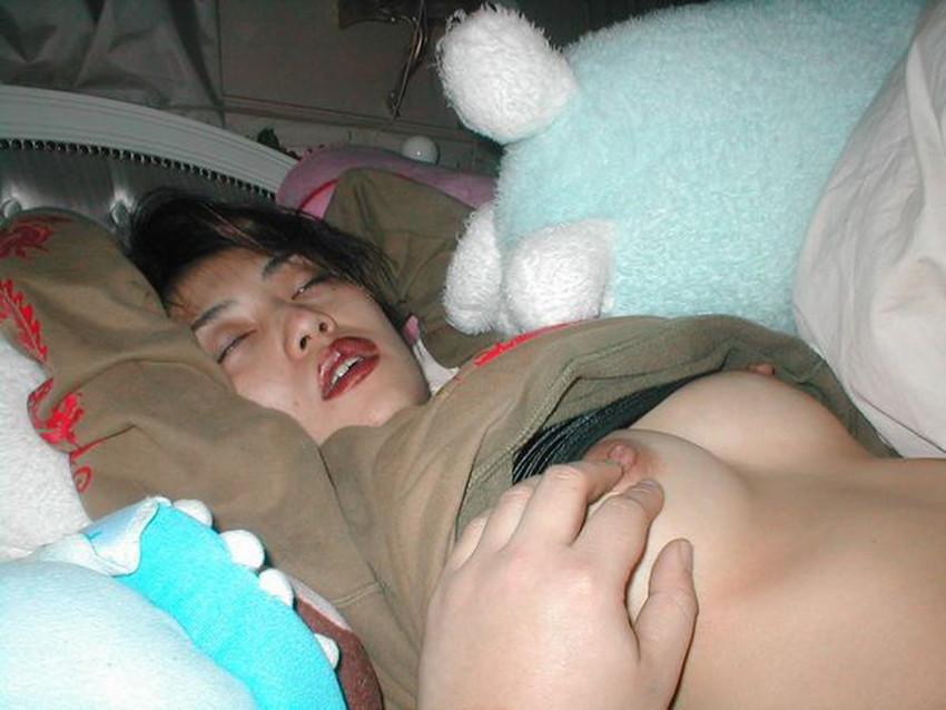 【夜這い盗撮エロ画像】身内や知り合い女子の寝室に夜這いしてパジャマをめくって隠し撮り!ww寝てる隙に乳首や陰毛を撮影した夜這い盗撮のエロ画像集!ww【80枚】 43